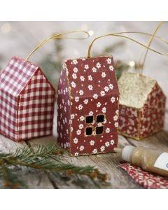 Julehus af karton og stof dekoreret med glimmer til ophæng
