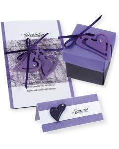 Indbydelse, bordkort og æske i lilla med hjerter