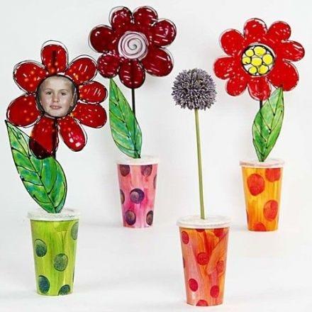 Papvaser med blomster i vinduesmaling