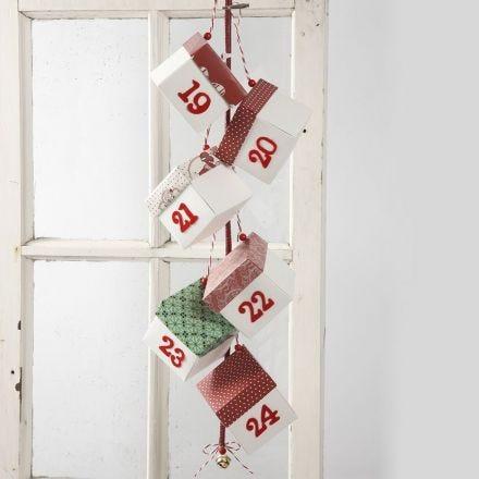 Pakkekalender af fold-selv-æsker dekoreret med gavepapir
