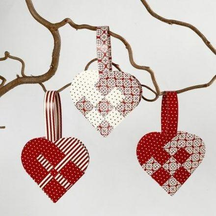 Flettede julehjerter af færdigudstanset papir