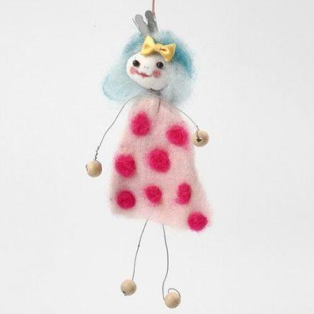 Figur i vindseltråd med kjole af kartet uld