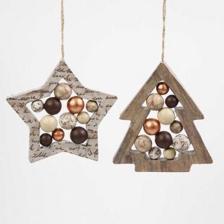 Stjerne- og juletræsformet ramme med kugler
