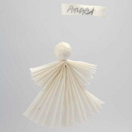 Engel af silkepapir med vathoved ophængt med vimpel
