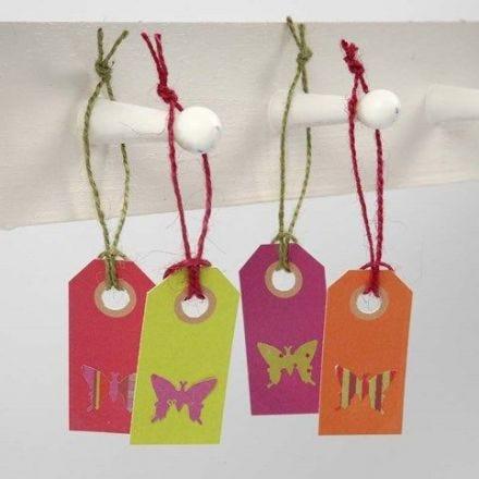 Udstanset sommerfugl i designpapir på manillamærke