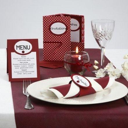 Invitation, menukort og bordkort som servietring i rød og hvid