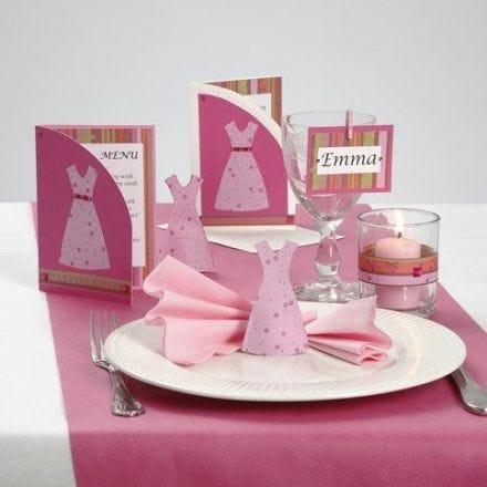 Indbydelse og bordpynt med kjoler i pink