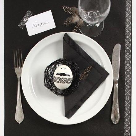 Opdækning af påskebord i sort og hvid