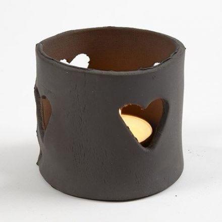 Fyrfadsstage af selvhærdende ler i sort med hjertehuller