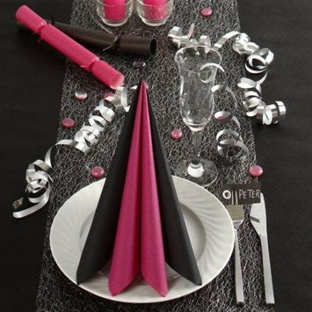 Borddækning og bordpynt i sort og pink