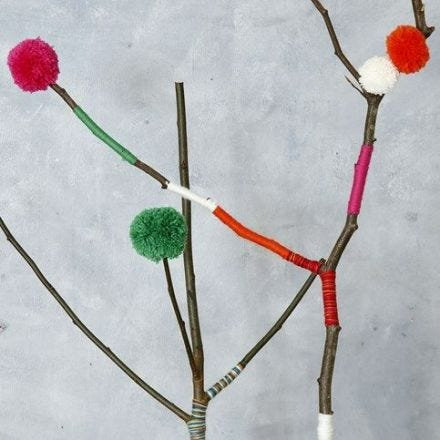 Pomponer i flere størrelser, lavet på Pompon Maker