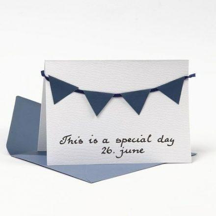 Kort med kuvert pyntet med blå vimpler af strukturpapir