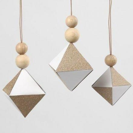 Hvidt diamant-ophæng med felter af glitrende kobberpapir