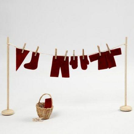 Miniature tørrestativ med tøjklemmer og nissens vasketøj