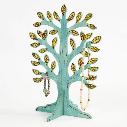 Smykketræ med brændte og malede detaljer