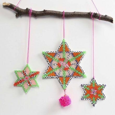 Stjerne af rørperler pyntet med pompon