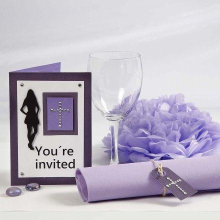 Indbydelse og bordpynt til konfirmationsfest i lilla