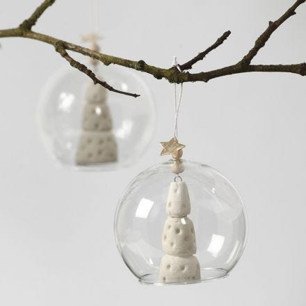 Juletræ af hvidt ler i glasklokke