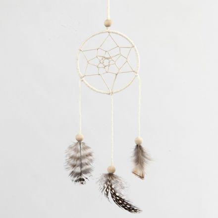 Drømmefanger af ring med garn, vokset bomuldssnor og fjerpynt