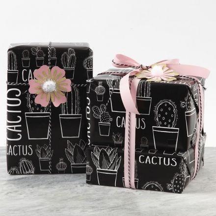Gaveindpakning pyntet med blomst af karton