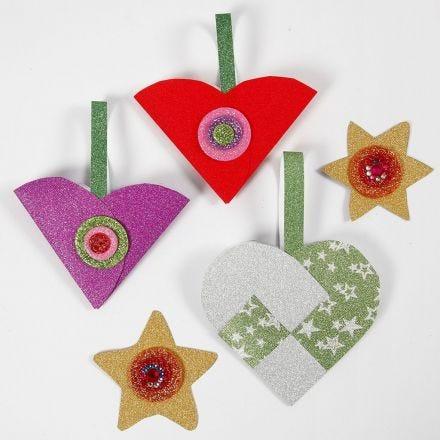 Glitrende papirpynt til jul lavet med materialer fra klippepakke