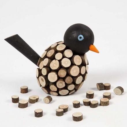 Malet fugl dekoreret med små, barkede træskiver