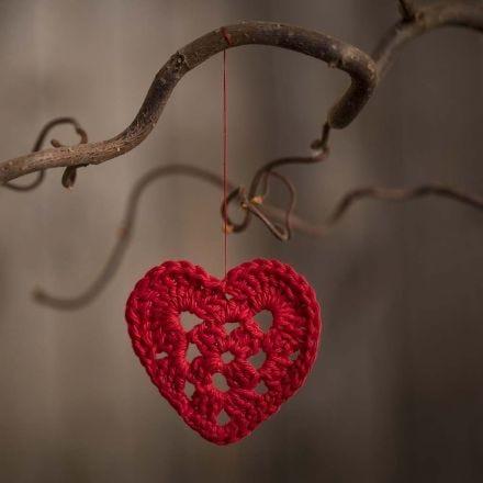 Lille hæklet hjerte i bomuldsgarn