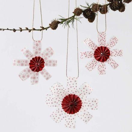 Ophæng af stjernestrimler i vellumpapir pyntet med roset i midten og glitter