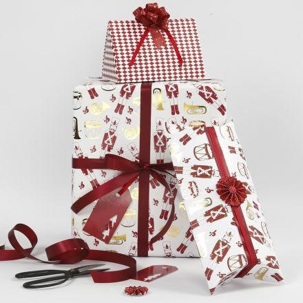 Julegaveindpakning med gavepapir, æsker og bånd fra Vivi Gade