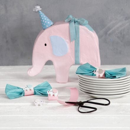 Servietter foldet som sløjfer med servietring af karton og elefant malet med hobbymaling