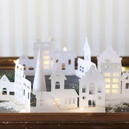 Silhuet-by i karton pyntet med glitterpapir og pergamentpapir