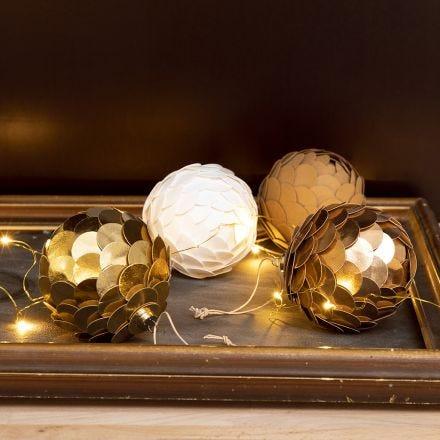 Julekugle lavet som kogle af læderpapir