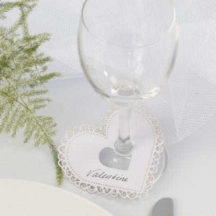 Hjerte af karton med udskæringer brugt som bordkort til bryllup