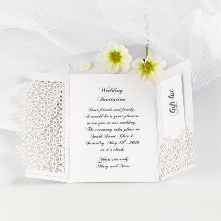 Tofløjet bryllupsinvitation pyntet med blondekarton