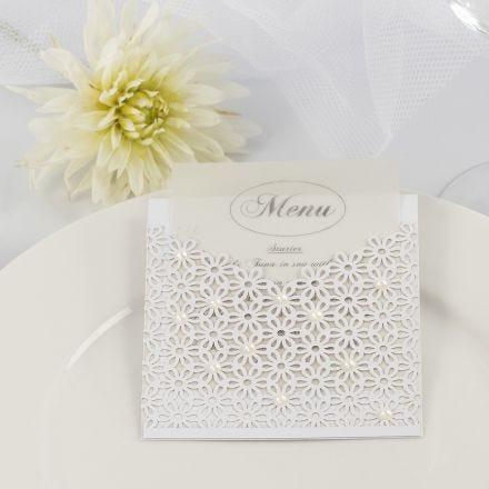 Menukort til bryllup i lomme af karton og blondekarton pyntet med halv-perler