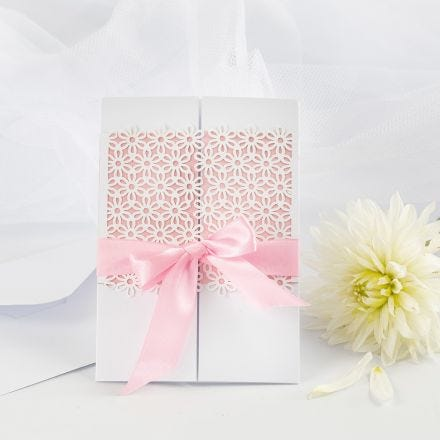 Bryllupsinvitation pyntet med blondekarton og satinbånd