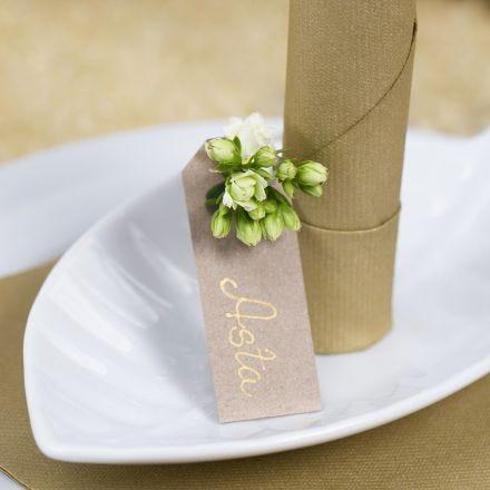 Bordkort af manillamærke med blomst som dekoration