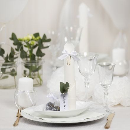 Borddækning og bordpynt i hvid med papirblomster, balloner, serviet foldet som tårn og bordkort