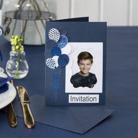 Invitation med foto og udstansede balloner pyntet med dekorationsfolie