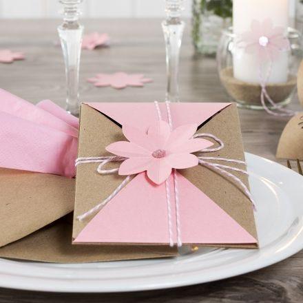 Invitation pakket ind og lukket med snor og udstanset blomst