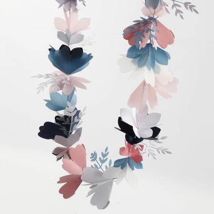 Blomsterranke i karton og pergamentpapir