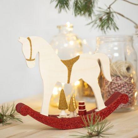Gyngehest med miniting dekoreret med hobbymaling, glitter og perler