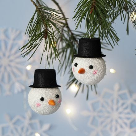 Julekugle dekoreret som snemand