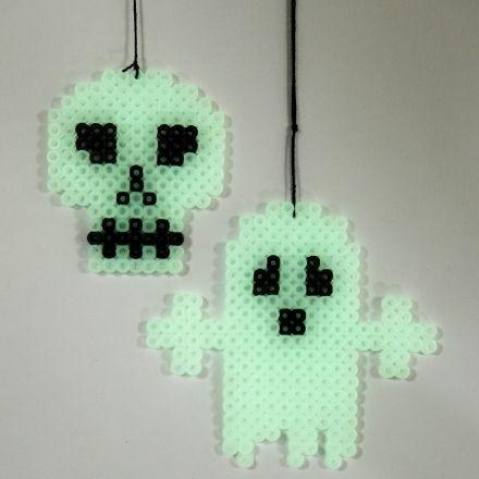 Selvlysende spøgelse og kranie på perleplade