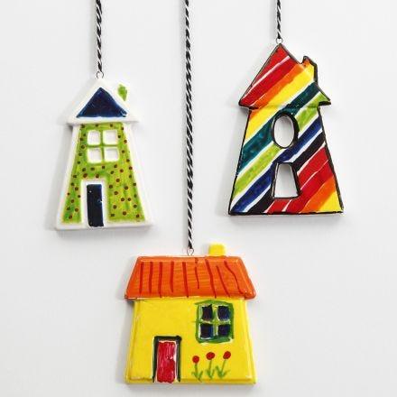 Farverige huse af porcelæn til ophæng