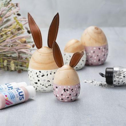 Træ æg og hare malet med Plus Color og pyntet med terrazzoflager