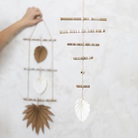 Uro af pyntede bambuspinde og læderpapir