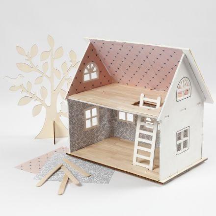 Dukkehus tapetseret med designpapir og ispinde som gulv
