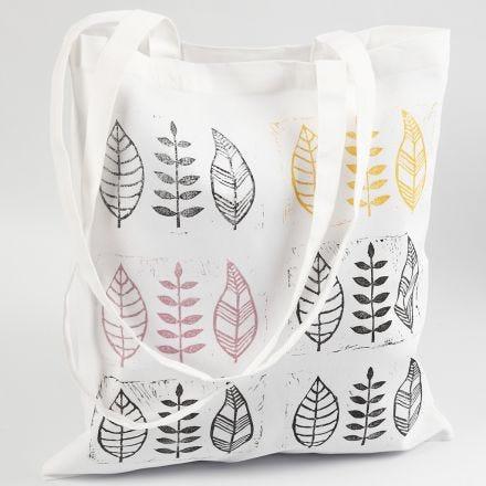 Hjemmelavet stempeltryk af blade på tekstil