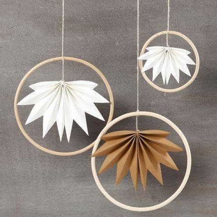 Ophæng af bambusringe med blade af læderpapir